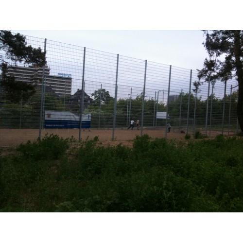 Bild 2: Fußballkäfig am Bahnhof