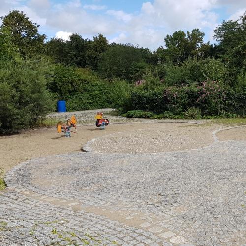 Bild 1: Kleiner Spielplatz am Nestroy-Garten