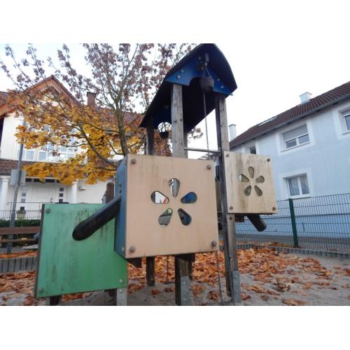 Bild 2: Kleiner Spielplatz für Anwohner