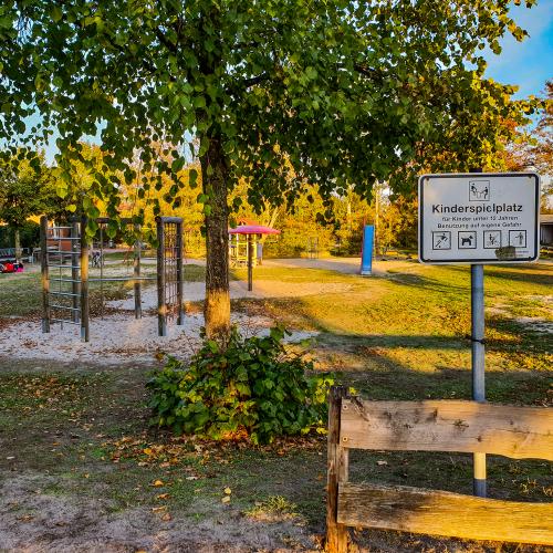 Bild 1: Spielplatz am KiGa