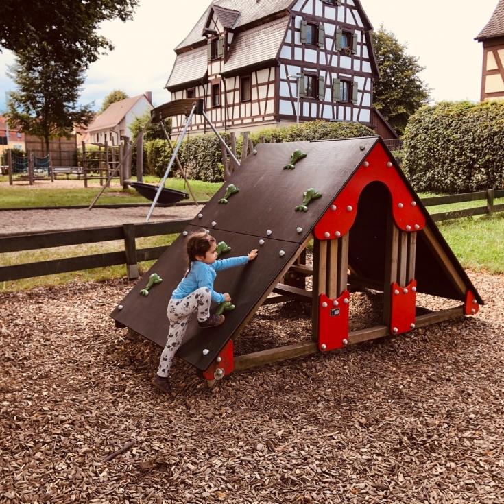 Bild 1: Spielplatz an der Grundschule