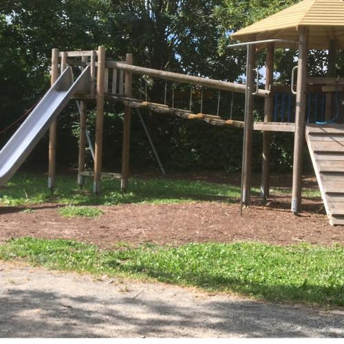 Bild 2: Spielplatz an der Grundschule