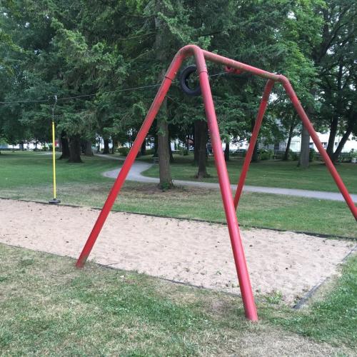 Bild 6: Spielplatz im Park