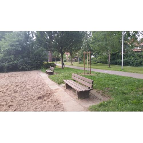 Bild 3: Spielplatz im Park