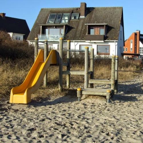 Bild 2: Spielplatz neben dem Strand