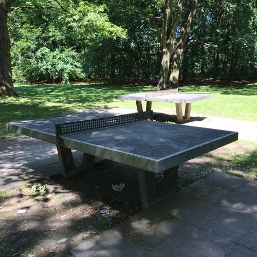 Bild 1: Tischtennisplatten im Tiergarten