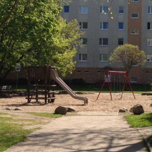 Bild 1: Vorderer Spielplatz Neustrelitzer Straße