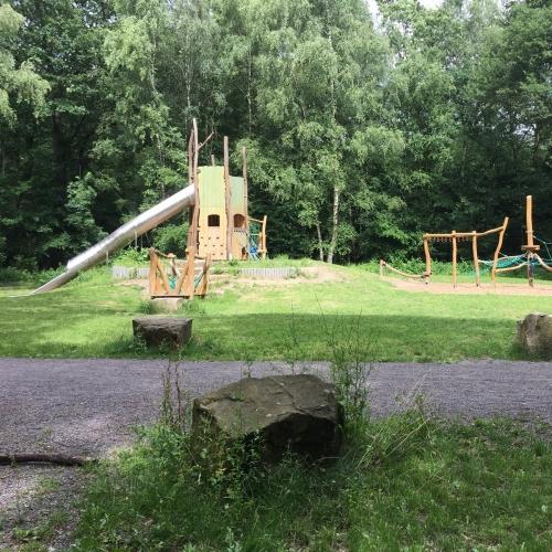Bild 1: Waldspielplatz im Monning